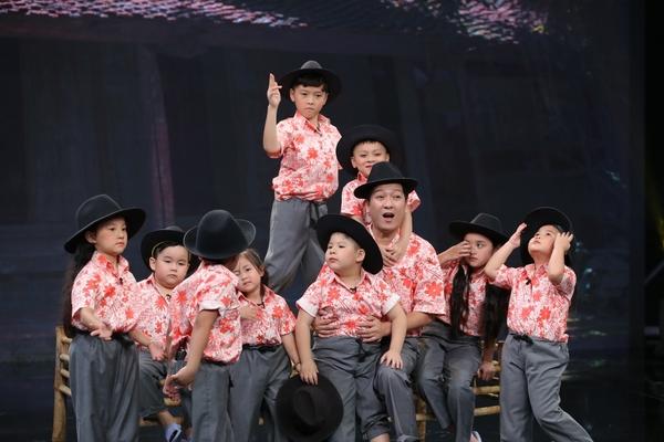 Là một vở diễn kinh điển với nhiều lớp cảm xúc phức tạp, Trường Giang đã  cậy nhờ NSND Ngọc Giàu để hướng dẫn cho đàn con của mình. '9 đứa con' của '10  khó'