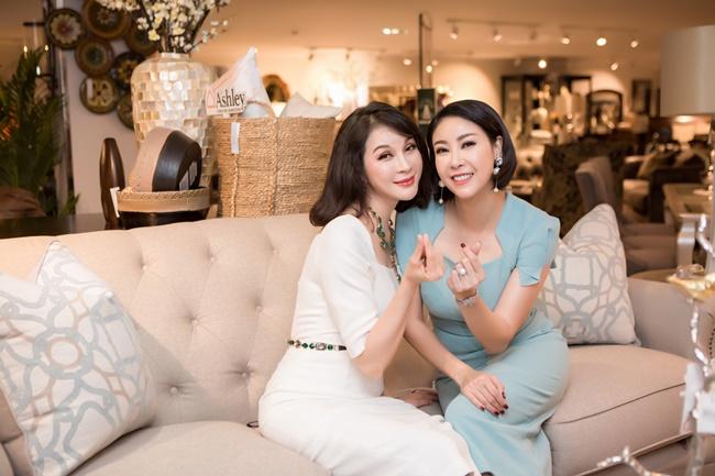 Image result for Doanh nhân Thuỷ Tiên cùng con gái hội ngộ Hà Kiều Anh, MC Thanh Mai trong sự kiện